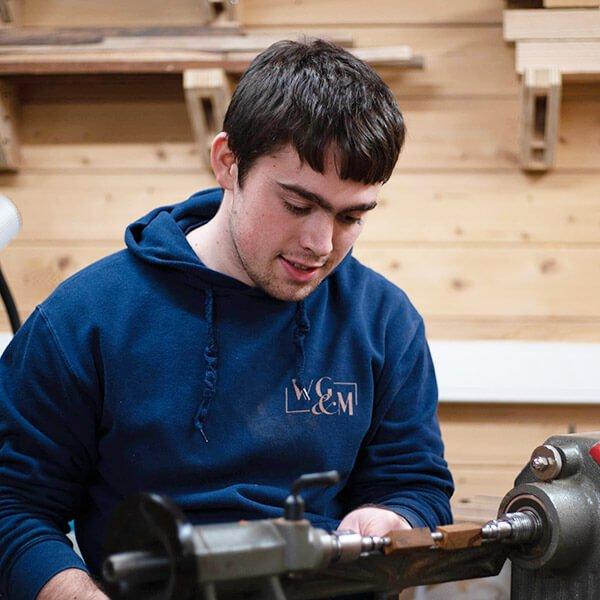 Dennis van Wooden Gifts and More aan de slag in zijn workshop